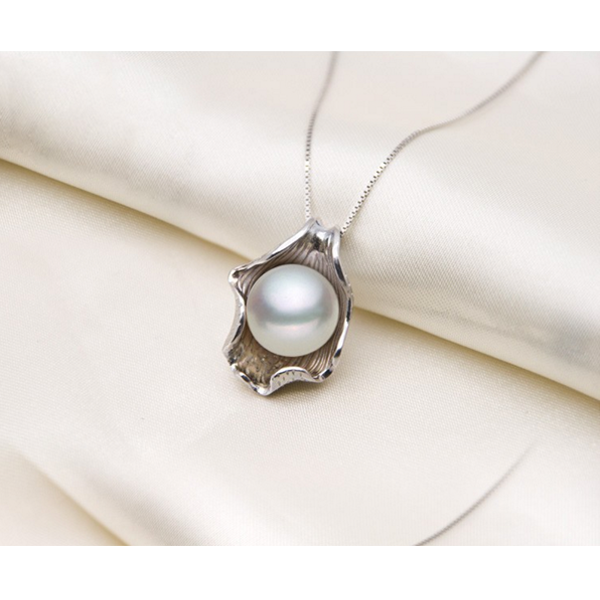 White pearl white gold necklace